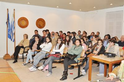 Mucha gente joven atraída por el excelente film exhibido en la AEU, filial Salto.