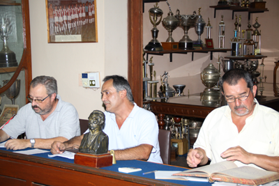 José Luis Pertusatti en la secretaría. Juan Ramón Guarino presidiendo. Y el aporte sustancial del gerente  José Luis Sabarrós. El mando de la asamblea.