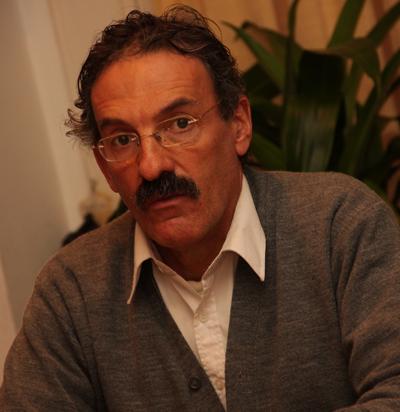 """Perfil de  Hermelio Pereira das Neves. Casado, tiene cuatro hijos y cuatro nietos. Es del signo de Cáncer. Es hincha de Ferro Carril y de Peñarol. """"Las verduras"""", son su comida preferida, """"hago una sopa que ni sabés"""", acota. ¿Un libro? Todo lo de Gabriel García Márquez. ¿Una película? """"Historia de Amor"""" (Love Story). ¿Qué le gusta de la gente? """"Estoy notando en el mundo que hay más sonrisas, que hay más apertura, más abrazos y eso me deja muy contento"""". ¿Qué cosas no le gusta de la gente? """"El ceño fruncido, la mirada para otro lado y los comentarios tendenciosos""""."""
