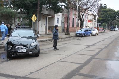 EN LA  AVDA. BATLLE  Y ORDÓÑEZ. Un automóvil y una camioneta protagonizaron un choque en Batlle casi San Eugenio,  frente a la Escuela 97.  No hubo lesionados,  pero los vehículos reportaron importantes daños.
