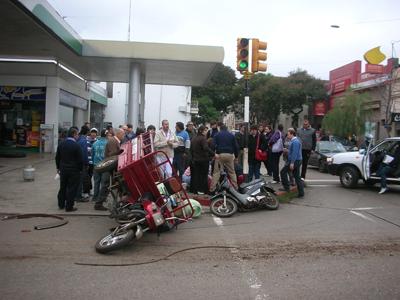 EN RINCÓN Y ARTIGAS Tres lesionados en el triple choque de Artigas y Rincón. La  peor parte la llevó el conductor del triciclo repartidor de gas,  que quedó internado debido a las lesiones recibidas.