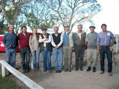Principales de Limitour, junto a integrantes del equipo Zambrano y Cía.,  y el  responsable de la sanidad de la cabaña.