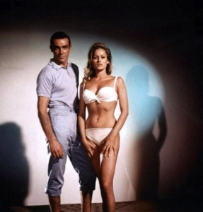 Junto a Sean Connery, James Bond, en foto promoción Dr. No., 1962.   2