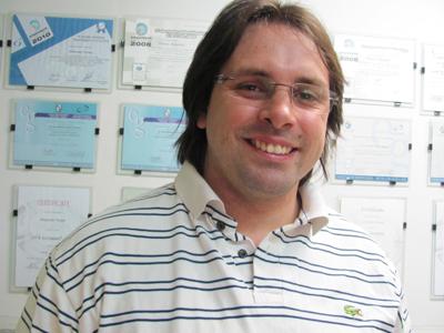 Dr. Alejandro  Toriani Villarruel  ODONTÓLOGO Ortodoncia - Implantes Michelini 649  Cel.099539297  luistoriani@yahoo.com