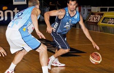 Juan Pablo ante la defensa de uno de los jugadores extranjeros participantes del partido