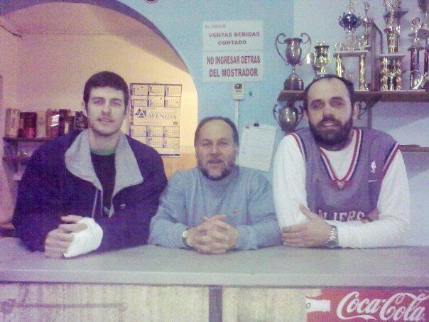 El Tingui Figueredo junto a Sebastian Gonzalez y Valentin Luzuiaga, dos de sus ex dirigidos