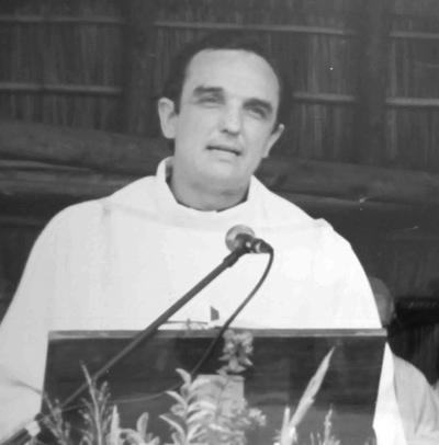 <p>El entonces Diácono Fernando Pigurina –hoy Párroco de la Catedral de Salto- en la lectura del Evangelio.</p>