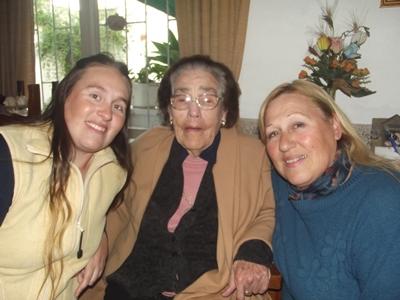 Coca junto a su nieta Gabriela Dondo y su hija Blanquita Pereira Castro