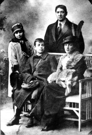 El joven Jorge Luis Borges junto a su madre Leonor, su padre y su hermana. / El País de Madrid.