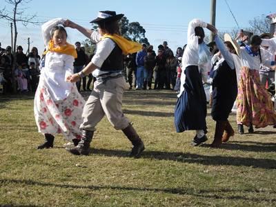 Alumnos de la Escuela Nº 49 de Guaviyú de Arapey interpretando el Pericón Nacional. (Foto Sara Ferreira).