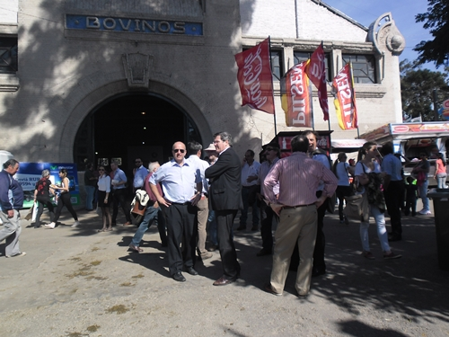 El Intendente de Salto Germán Coutinho visitó la muestra ganadera  ayer en compañía del senador Pedro Bordaberry.
