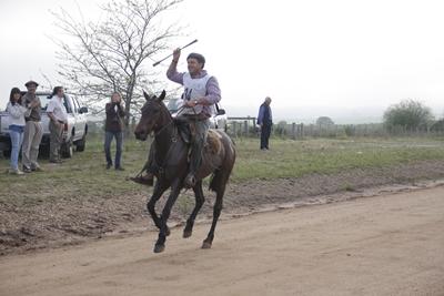 Fernando Vandelli llega victorioso al final de la competencia.