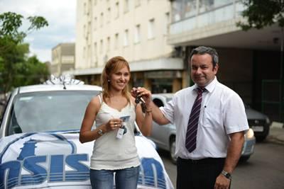 La ganadora recibiendo las llaves del auto de manos del Director de ASISPER, Ing. Álvaro Henderson.