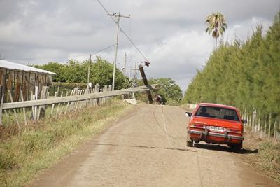 Columnas y cables  caídos en la zona de   barrio Albisu,  una de las  más castigadas.