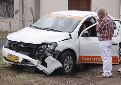 La parte delantera del taxi muestra las consecuencias  del impacto de la moto ayer en Brasil y Arregui.