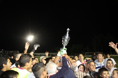 El rito de Paysandú campeón. La copa al cielo. (Foto MASSARINO, enviado especial de EL PUEBLO a Paysandú)