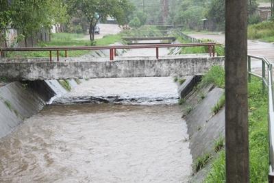 La canalización con estanques de contención del alto Sauzal y un sistema de compuertas aportó a disminuir el problema del arroyo