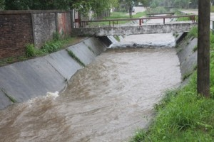 El entubamiento del arroyo Sauzal al Norte de la trama urbana, disminuye pero no elimina el problema de la zona.