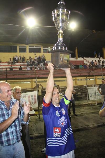 El capitán de Salto José María Di Nápoli ofrenda a la tribuna  de Salto la Copa de Campeón.