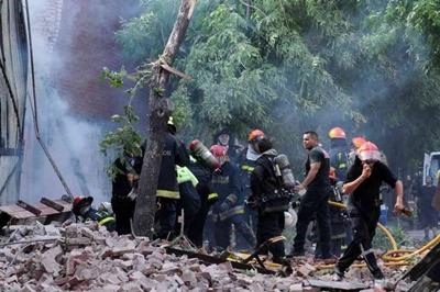 Desesperado intento por rescatar a los compañeros atrapados por el derrumbe. La tragedia golpea a toda la Argentina.