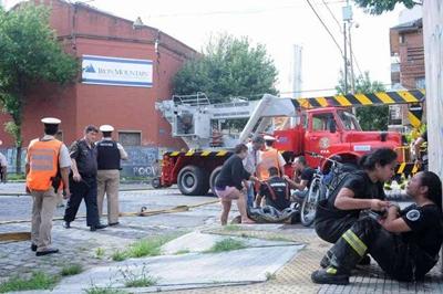 Dos efectivos de bomberos lloran la muerte de su compañera.