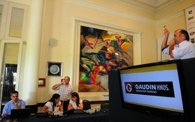 Julio Gaudín rematando ayer en Lote 21-Foto: gentileza Lucas Farías, diario El Observador
