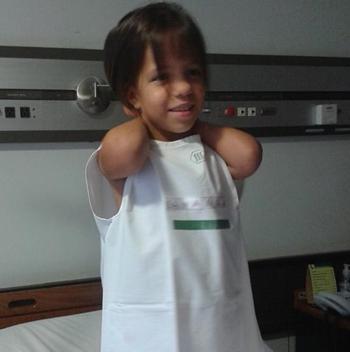 La pequeña Martina momentos antes de ir al quirófano.