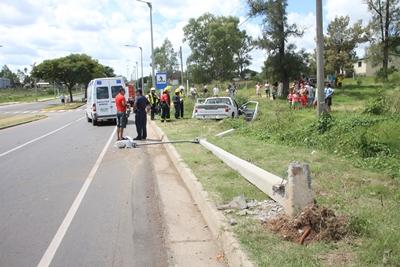 La columna en primer plano y el vehículo en el que viajaban tres personas.