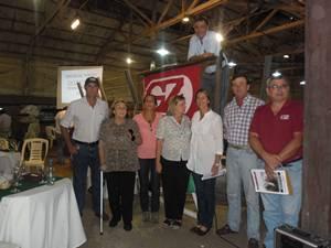 Integrantes de La Corona y Los Manantiales, junto a Zambrano.