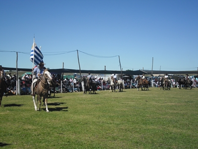 Desfile del personal de campo ayer abriendo la jornada