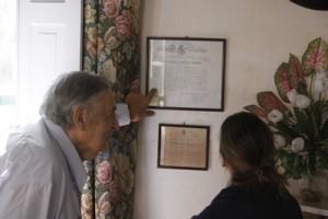 Gutiérrez señala la marca de ganado que todavía usa desde 1877, y estuvo siempre en manos de su familia.