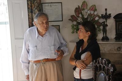 César Juan Gutiérrez en el interior de la casa  con Sara Ferreira de EL PUEBLO