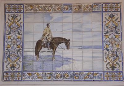 """La increíble historia de los cuadros Uno de los cuadros que hoy se encuentran en el patio de la estancia fue mandado a hacer por el  padre de Gutiérrez cuando era embajador uruguayo en Francia en el año 1940. """"Era la época de la guerra, pasamos por Sevilla (España), allí lo llevaron con quien era el mayor pintor de mayólicas, el Sr. Juan Manuel Arroyo, España había salido de la guerra, los puentes estaban cortados, entonces  el pintor explicó que tenía dificultad para conseguir pinturas y el cónsul uruguayo en Sevilla, le dijo a papá, que Arroyo era un hombre muy correcto, entonces éste le dejó pagos por adelantados todos los azulejos"""", contó. """"Tenía una revista que se llamaba Turismo en el Uruguay donde estaban las imágenes muy chiquitas, con las que el hombre se inspiró para hacer los cuadros. Le dejó pago en plena guerra y se vino; un año y medio después le avisaron del puerto de Montevideo que había unos cajones y eran los azulejos..."""", relató el  propietario de El Hervidero."""