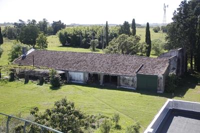 La construcción que tiene techo de tejas Sacoman