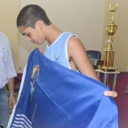 Mariano con la bandera de Salto antes de partir a Mar del Plata