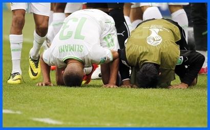 Los jugadores argelinos rezan antes de cada partido.