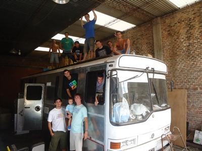 Un grupo de argentinos compró un ómnibus modelo 1994  en desuso y lo adaptó para viajar al Mundial.