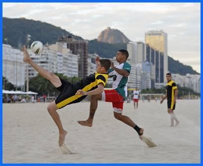 La archiconocida playa de Copacabana en Río de Janeiro es escenario  a diario de numerosos partidos de fútbol en la arena.
