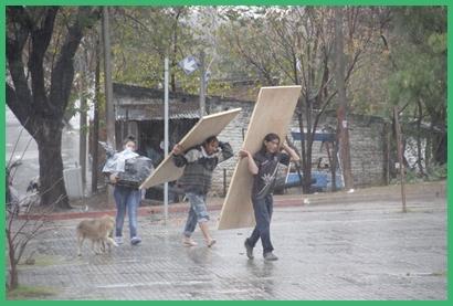 Bajo lluvia: pese a la lluvia de la mañana anterior varias familias debieron dejar sus hogares.