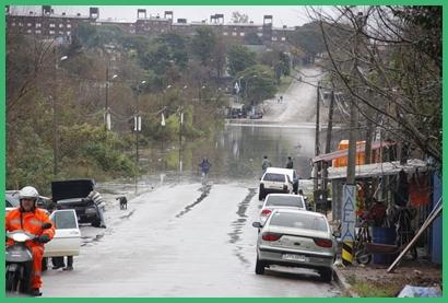El desborde del Ceibal a la altura de Las Carretas interrumpió el paso hacia Cien Manzanas por Acuña de Figueroa