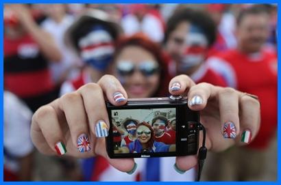 """Costa Rica está de fiesta. Como muestra valen las uñas de la fotógrafa, pintadas  con los colores de las banderas del """"grupo de la muerte"""",  que incluyó a Uruguay, Italia e Inglaterra."""