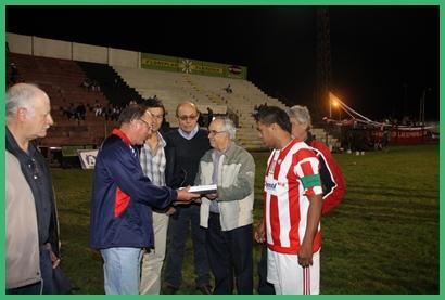 La plaqueta de Saladero a River Plate por los 100 años. De Pedro Pacheco  y Luis Gracés a la dirigencia albirroja.