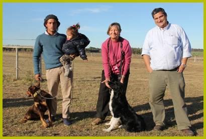 Ing. Agr. Jorge Aguerre (derecha del lector) junto a los participantes de la demostración con perros ovejeros en Salto Ovino 2. Foto: Asociación Agropecuaria de Salto