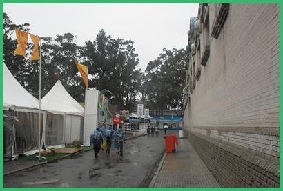 Capas y paraguas signaron la jornada de ayer.