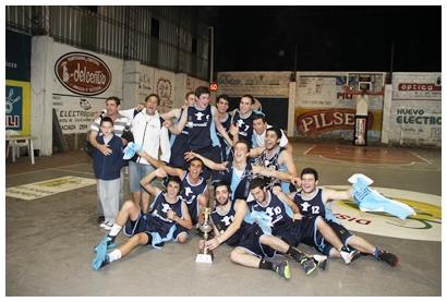 """El plantel de Salto Uruguay posando con la copa de campeón.  El """"decano"""" ganó de visitante la tercera y definitiva final del """"salteño"""""""