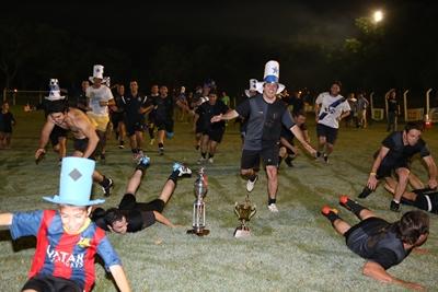 El ritual del plantel, con la más preciada de la noche…la copa de campeón. Dep. VJ 24 Hs. es el justo y merecido campeón del fútbol Comercial en la presente temporada.