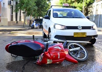 <p>En las últimas horas de la tarde anterior en la esquina de Córdoba y  Agraciada se produjo un choque entre un taximetrista y una moto conducida por una joven. A raíz del accidente ésta resultó con lesiones de escasa entidad</p>