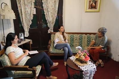 Lil Palacio Ambrosoni dialogando con Wanda Aranguren y Sara Ferreira de EL PUEBLO una anfitriona orgullosa de custodiar lo que hicieron sus antepasados
