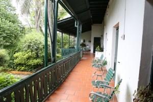 La balconada que rodea la casa entre la planta baja y la planta alta, uno de los atractivos del lugar