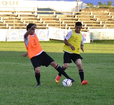 Matías Flores y Domingo Ramírez disputando el balón en el  entrenamiento del día de ayer en el Dickinson.